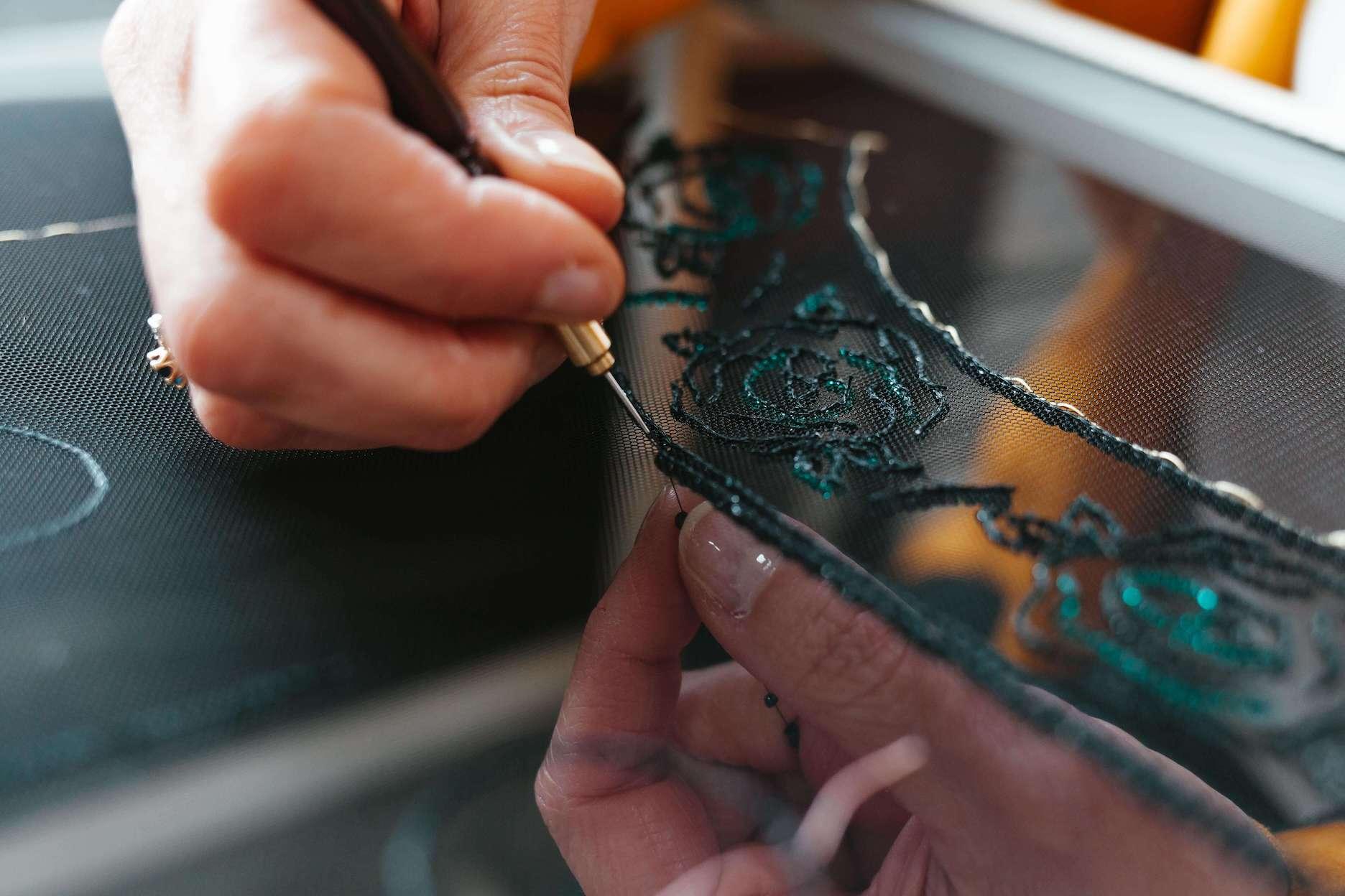 Photo d'une broderie artisanale en cours de création